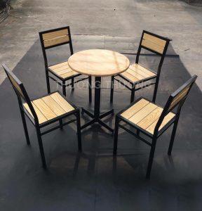Bộ bàn ghế cafe được làm từ vật liệu gỗ cao su ghép và sơn phủ bóng thể hiện những nét tự nhiên